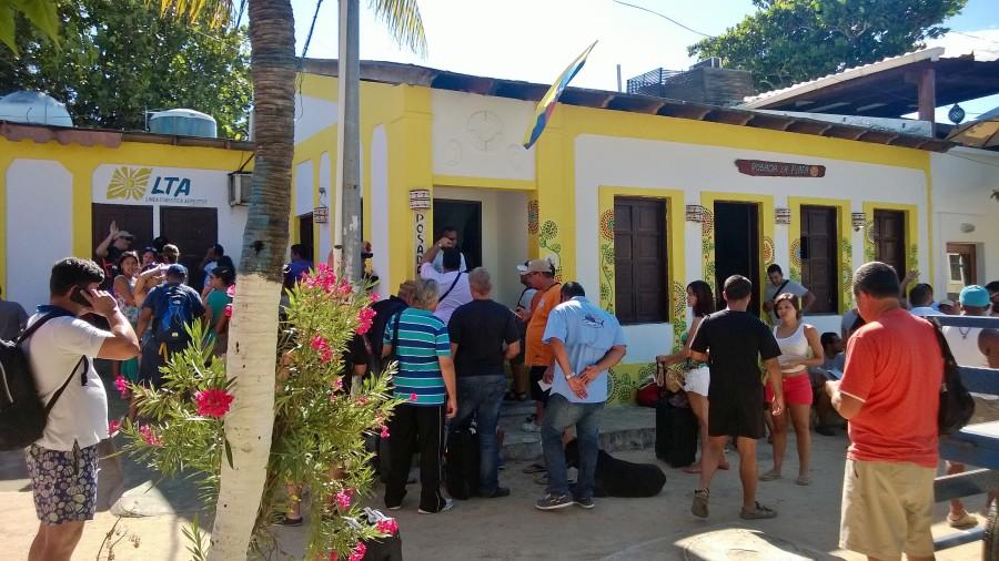 PASAJEROS APOSTADOS FRENTE OFICINAS DE AEROTUY ESPERANDO RESPUESTA